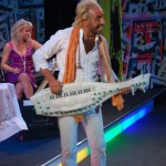 """Guru Yogi in Roland Neuwirth's Schrammeloperette """"Und das bei uns"""""""